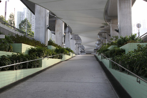 Pedestrian entry to Heng On station