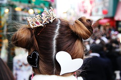 queen of hearts (llus) Tags: japan hearts tokyo heart streetphotography queen harajuku  crown  hairpin takeshita humaninterest streetportraits  takeshitadori  urbanportraits retratosurbanos retratocallejero fotografacallejera retratoscallejeros
