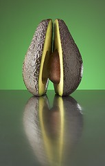 Avocado (www.fotoARION.ch) Tags: stilllife food verde green fruit contraluz avocado stillleben still nikon flash stilleven vert packshot frukt nikkor product blitz frucht speedlight gels softbox gel stills contrejour controluce aguacate gegenlicht produit producto naturamorta naturemort directed gelatina foodphotography fruto avocat elinchrom frutto zielona produkt colorfilter perseaamericana vrucht sachaufnahme owoc produktfoto  diffusor martwanatura prodotto  grun abigfave colorgel produktfotografie farbfilter d700 sb900 2485mmf284difafzoomnikkor produktaufnahme bodegon  perseagratissima bxri500 mygearandme   artikelaufnahme gelatine folienfilter
