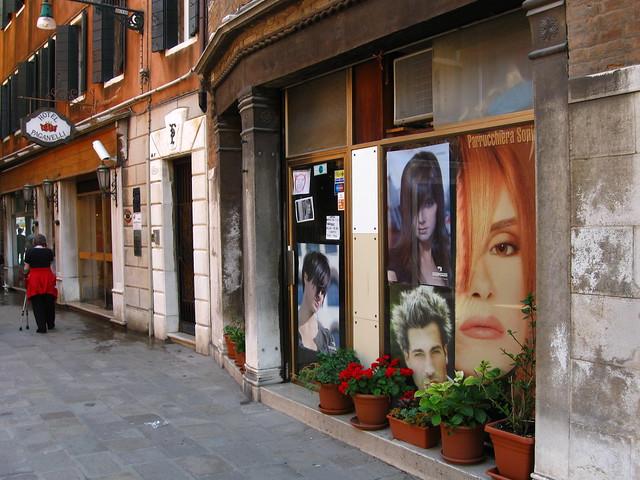 ヴェネツィアの建物とポスターのフリー写真素材