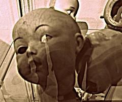 Mueca rota (Landahlauts) Tags: blancoynegro doll terror nightmare pesadilla juguete mueca rota