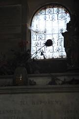 Cimetire du Pre Lachaise (mayanais) Tags: paris fleur grave rose statue mort cemetary intrieur tombe prelachaise cimetire