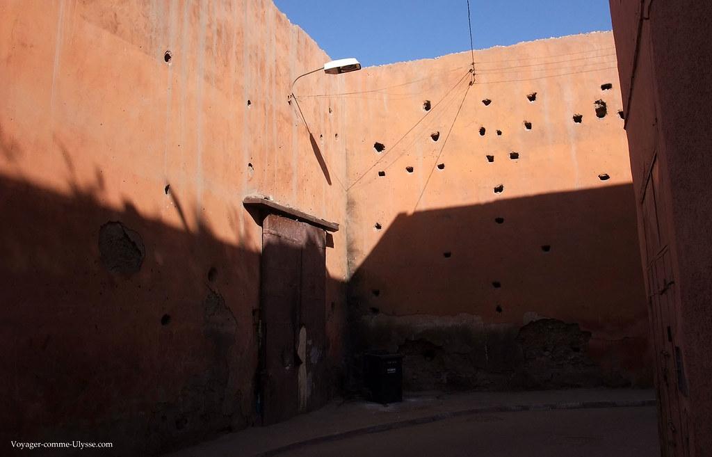 Une porte dans le mur. On habite là, vu la poubelle juste en face…