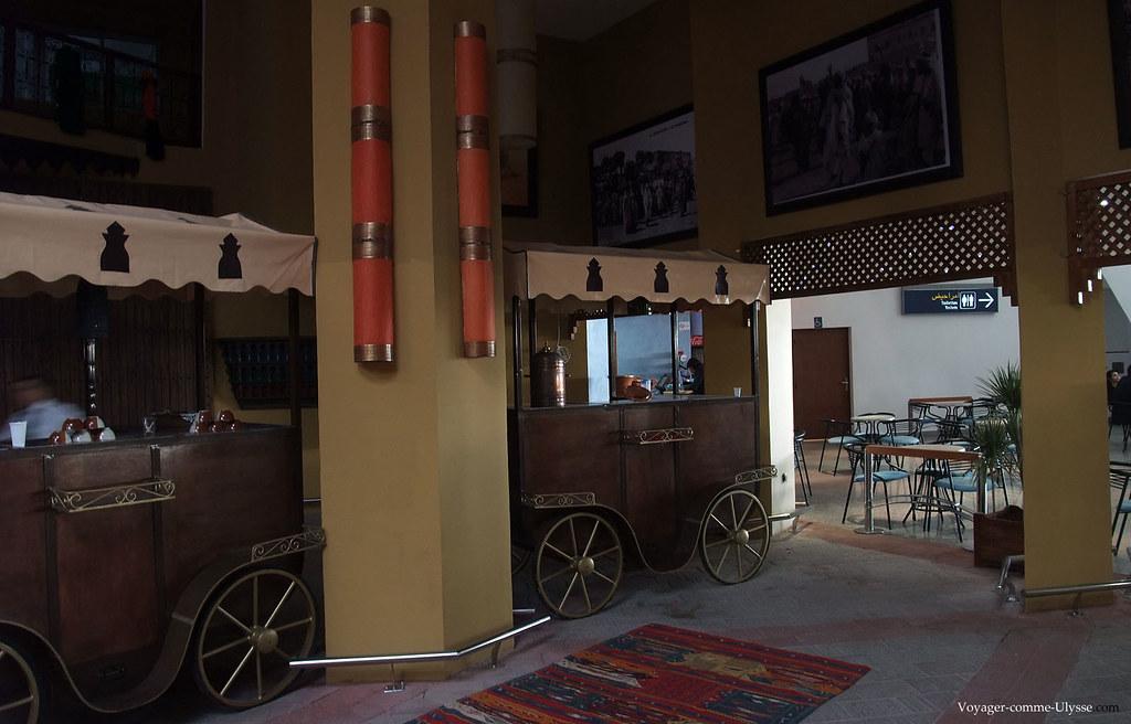 La décoration est inspirée de la Place Jamaâ El Fna, avec les charettes des vendeurs