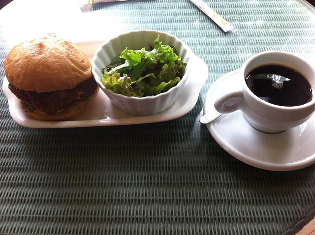 ハンバーガーとサラダとコーヒーのフリー写真素材
