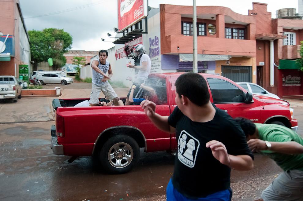 Los muchachos de Encarnación saben divertirse los domingos de Carnaval en el mes de Febrero, las guerras con globitos de agua es una tradición que se viene repitiendo por décadas, sin duda es una divertida costumbre que no debe perderse jamás. (Elton Núñez - Encarnación, Paraguay)