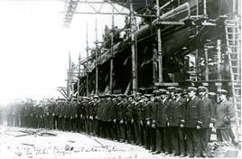 """As guarnições dos submersíveis """"Foca"""", """"Golfinho"""" e """"Hidra"""" no porto de La Spezzia."""