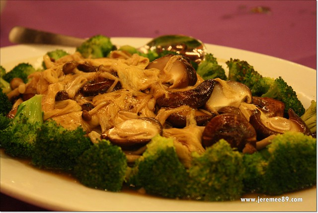 Golden Thai Seafood @ Batu Ferringhi - Stir Fried Broccoli With Fresh Assorted Mushroom