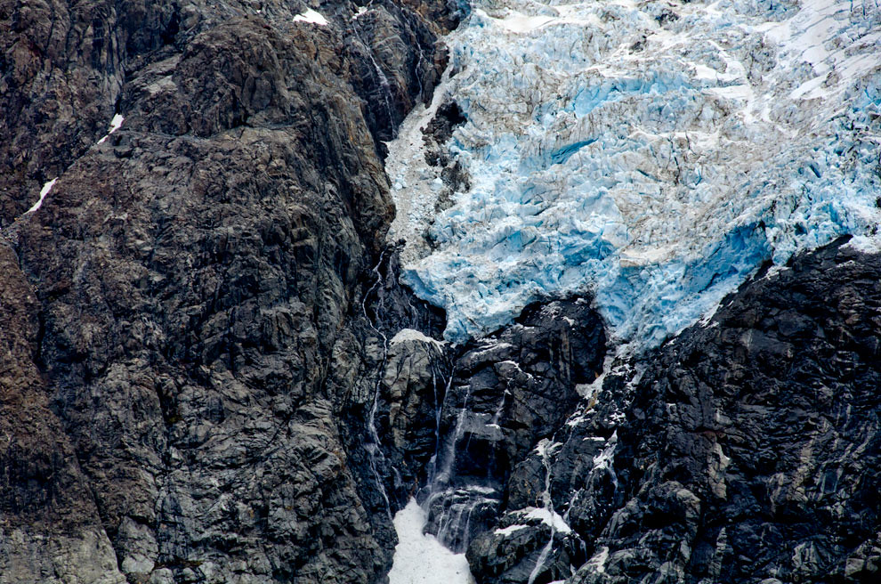 La nieve del glaciar que cae de forma constante va formando la denominada -Laguna Sucia- en el sitio más próximo al monte Fitz Roy. (Roberto Dam - Patagonia, Argentina)