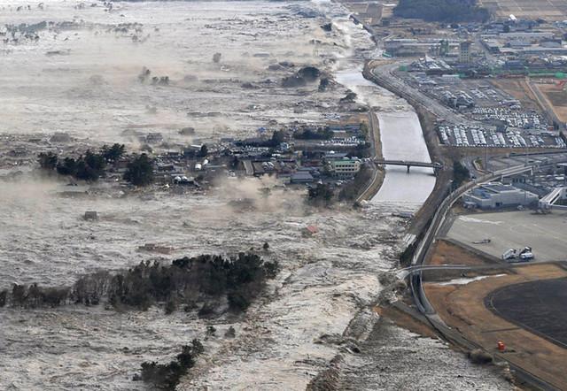 Tsunami slams ashore Japan as hundreds of bodies are being discovered 津波は、体の何百も発見されているように上陸日本叩きつけ