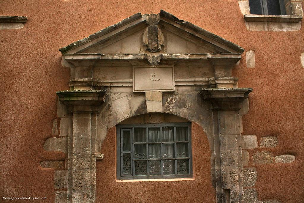 La décoration date de 1622, selon l'inscription