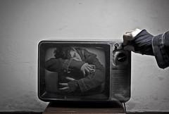Self (Jesús Gutiérrez Gómez) Tags: old selfportrait television canon eos rebel hug colombia jesus autoretrato gutierrez viejo rca gomez hold abrazo pantalla xsi medellín televisor sostener cruzadasi