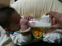 哺乳瓶は自分で持ちますが底は私が支えています (3/14)
