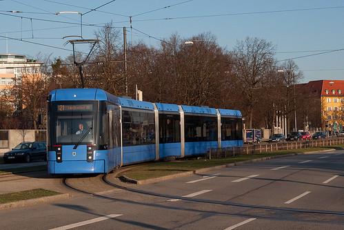 Wagen 2302 im Einsatz auf der Linie 21. In wenigen Augenblicken erreicht er die Hanauer Straße.