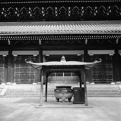 incense burner (estmsk) Tags: kyoto rodinal150 nanzenji selfdevelopment fujifilmneopan100acros rolleiflex35fxenotar schneiderkreuznachxenotar7535