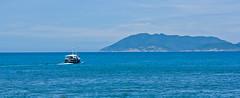 o azul do mar. o azul do cu. o nosso azul. (Raylson Martins) Tags: blue sky gua azul riodejaneiro mar cabo barco cu martins frio barquinho raylson