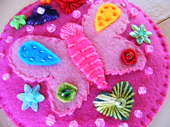 Mandala borboleta (Viva as Cores - Mrcia Aki) Tags: pink flores color art colors cores heart handmade crafts flor artesanato rosa craft felt mandala borboleta corao feltro rosso buterfly mandalas colorido mandalaborboleta