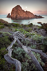 Moonset - Sugarloaf Rock - Western Australia (Luke Austin) Tags: ocean seascape south fullmoon westernaustralia moonset dunsborough yallingup sugarloafrock lukeaustin