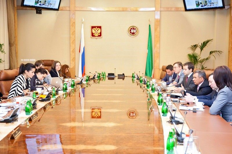Тина Канделаки за столом с президентом Татарстана Рустамом Миннихановым