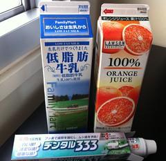 Leche, zumo y pasta de dientes