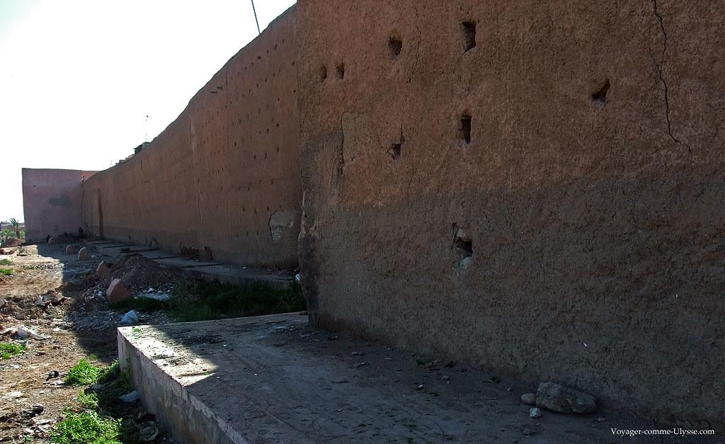 De temps à autre, des morceaux de mur s'écroulent, mais sont tout de suite reconstruits