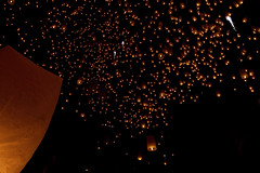 Sky lanterns float into the night ( DocBudie) Tags: thailand chiangmai lantern lanternfestival loykrathong norththailand khomloy amazingthailand floatinglanterns yipeng photoouting photohunting skylanterns yeepeng photographictour visitthailand skycandles chiangmailoykrathong glowlanterns wishlantern travelasiaphotographycom yeepengopeningceremony loykrathongopeningceremony skylanternsalso