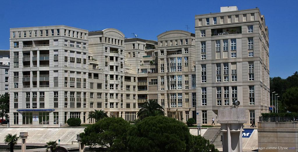 Complexe d'immeubles, sous le ciel bleu de Montpellier