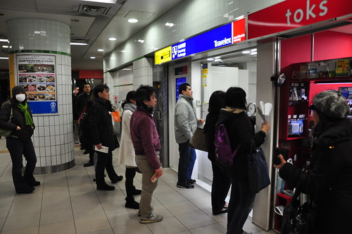 Japan Earthquake: foreigners exchanging currency