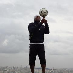 Prire (BlondieISFC) Tags: paris football candid ballon montmartre coeur sacr basilique jongleur balle joueur