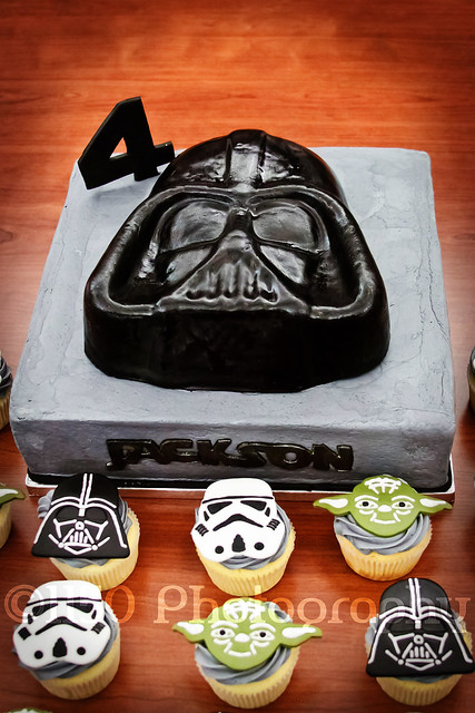 Star Wars cupcakes Darth Vader cake