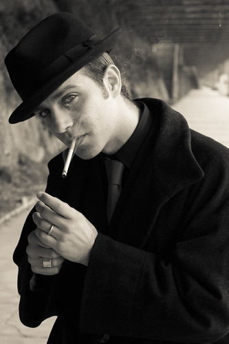 [フリー画像] 人物, 男性, 煙草・タバコ, モノクロ写真, 帽子・キャップ, イギリス人, 201103310500