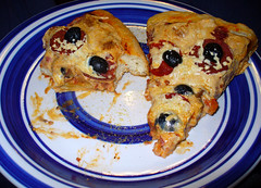 2011-01-29 - Vegan Pizza Day! - 0047 (smiteme) Tags: food vegan gourmet vegetarian olives utensil veganism pizzacutter herbivore vegetarianism pizzapie kitchenutensil veganpizza redsauce lightlife soymeat meatless vegancheese daiya gourmetpizza meatfree pizzaknife whatveganseat soypepperoni daiyacheese smartdelipepperoni shanebrady perfectpizzapress pizzapress pizzautensil kellygarbato pizzamold pizzacutterpan veganpizzaday