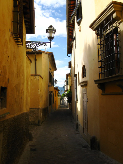 フィレンツェの路地裏のフリー写真素材