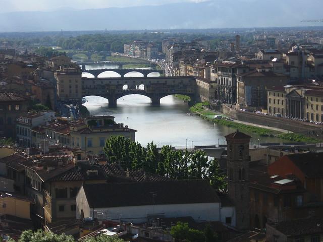 フィレンツェの川の景色のフリー写真素材