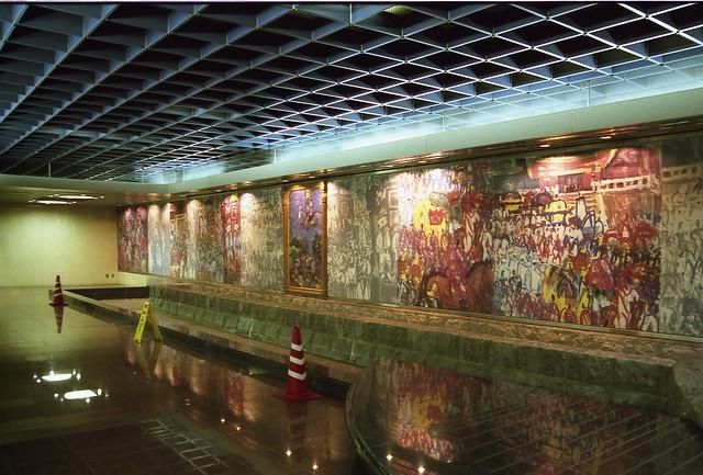絵画の飾られた通路のフリー写真素材
