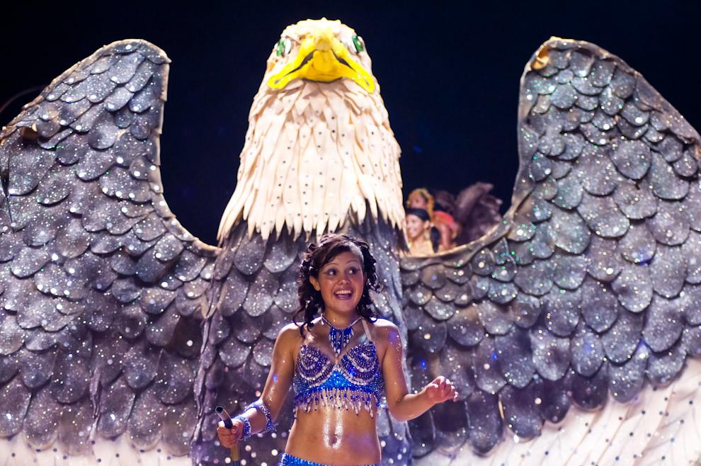 Una Reina del Club Alemán baila durante el desfile en su alegoría Alas Egipcias honrando las maravillas de Egipto, entre ellos las figuras que caracterizan su cultura, como el Águila que construyeron de 3 metros de alto y 4 metros de Ancho. (Elton Núñez - Encarnación, Paraguay)