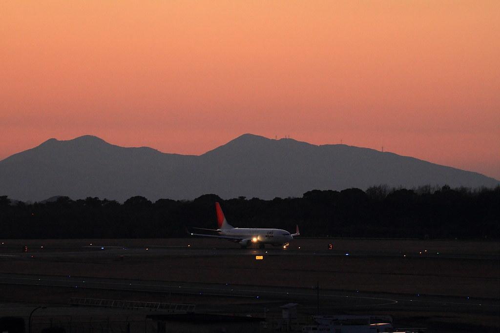 JAL's B737-800 at dusk @RJFT