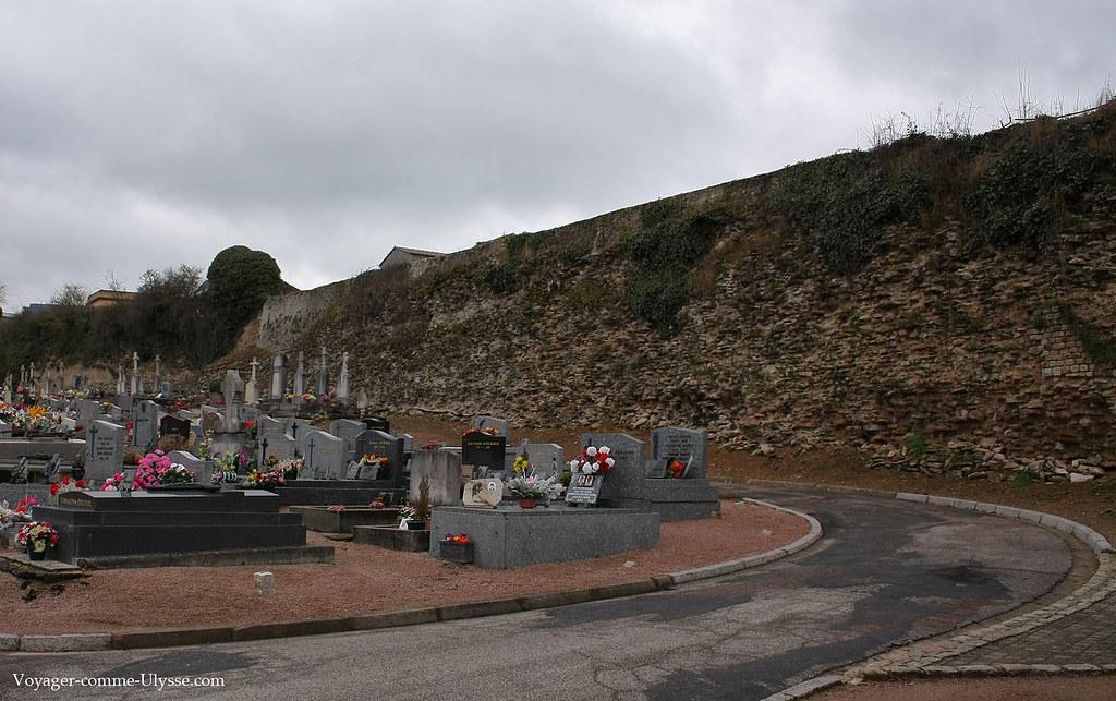 Les remparts romains finissent dans un cimetière de la ville