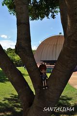 No parque, Aisha curte a natureza!!