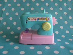Sewing machine (Retro Mama69) Tags: vintagetoys retrotoys childhoodtoys juguetesnrfb sewingmachinetoy toysmintcondition nrfbtoys dimestoretoys toysinpackage toysmadeinchina toysmadeinjapan