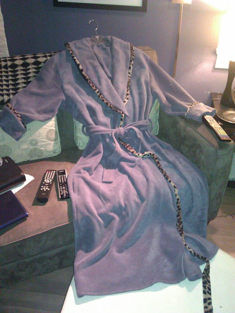 Shawl-collared bathrobe in gray-violet fleece with leopard-print piping