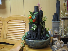 將木炭製作成炭盆景,擺飾室內,具美化空間、調濕、除臭、淨化空氣及節能減碳等多項功效。照片提供:林試所