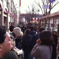 仙台着。石巻行きのバスの列。130人目ぐらい。なんとか3台目か4台目に乗れそう