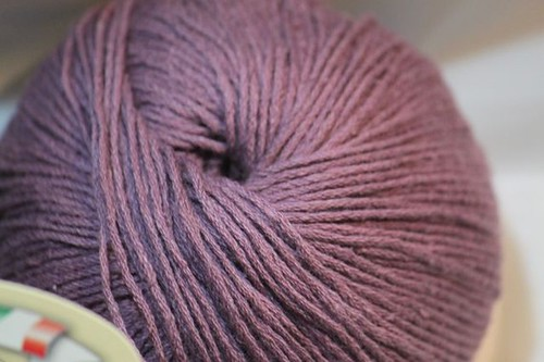 ovillo de algodón lila