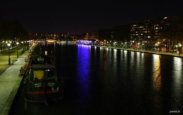 Une péniche garée sur le Bassin de la Villette