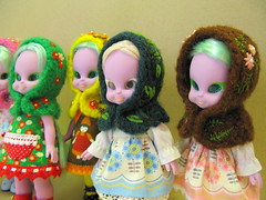 The six pack (Helena / Funny Bunny) Tags: vintage flora doll straighthair 1972 illuminati luma funnybunny emeraldwitch hoodedcapelet solidbackground blushychan fbfashion