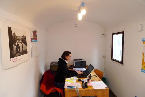 Katja im Büro des Bauwagens