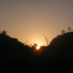ภาพเก่าหยิบมาเล่าใหม่ : พระอาทิตย์ตกดิน ที่บ้านปางคอง อ.ปางมะผ้า จ.แม่ฮ่องสอน สมัยออกค่ายอาสา ไปสร้างสนามเด็กเล่นให้กับเด็กๆ หมู่บ้านชายแดน ถ่ายเมื่อวันที่ 4 มีนาคม 2552