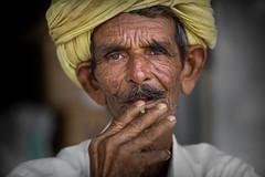 Inde: rajasthan; une petite bid. (claude gourlay) Tags: inde india asie asia indedunord nordindia claudegourlay portrait retrato ritratti people face bid beedi rajasthan jojawar