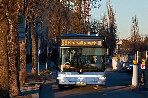 Das Haltestellenschild an der Taimerhofstraße versteckt sich, auch der Bus 5338 selbst wird sich hier bald nicht mehr zeigen, wenn die Bauzäune verschwunden sind und die Trambahn fährt.